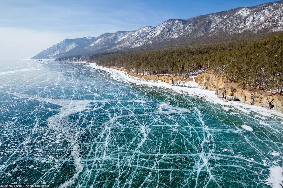 Поход на коньках по льду Байкала.